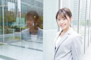 オフィス街を歩く若いビジネスウーマンの写真素材 [FYI04713633]