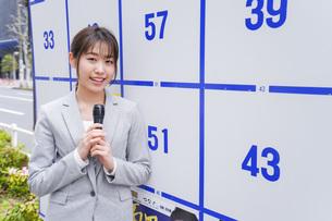 選挙の演説をする若い女性の写真素材 [FYI04713634]