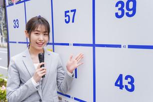 選挙の演説をする若い女性の写真素材 [FYI04713635]
