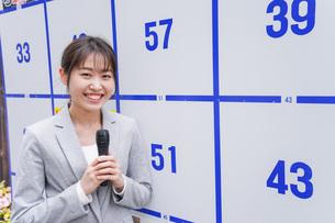選挙の演説をする若い女性の写真素材 [FYI04713636]
