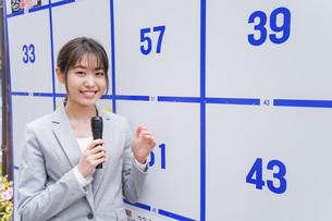 選挙の演説をする若い女性の写真素材 [FYI04713640]