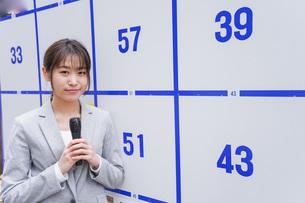 選挙の演説をする若い女性の写真素材 [FYI04713641]