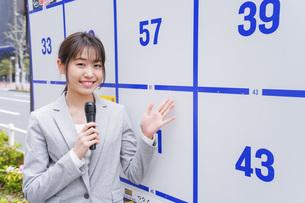 選挙の演説をする若い女性の写真素材 [FYI04713644]