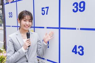選挙の演説をする若い女性の写真素材 [FYI04713645]