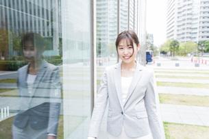 オフィス街を歩く若いビジネスウーマンの写真素材 [FYI04713648]