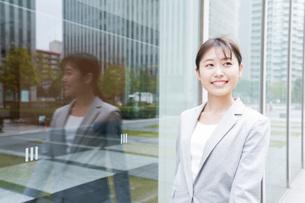 オフィス街を歩く若いビジネスウーマンの写真素材 [FYI04713650]