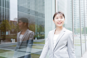 オフィス街を歩く若いビジネスウーマンの写真素材 [FYI04713653]