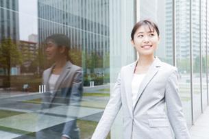 オフィス街を歩く若いビジネスウーマンの写真素材 [FYI04713668]