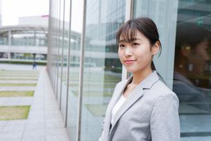 オフィス街を歩く若いビジネスウーマンの写真素材 [FYI04713683]