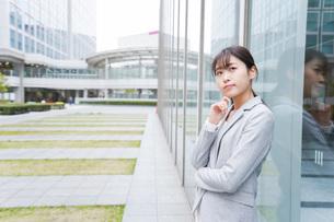 オフィス街で考えるビジネスウーマンの写真素材 [FYI04713686]