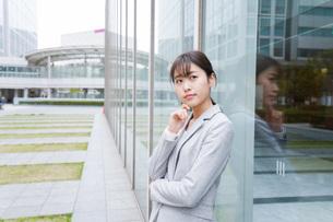 オフィス街で考えるビジネスウーマンの写真素材 [FYI04713687]