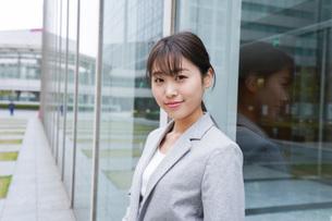 オフィス街を歩く若いビジネスウーマンの写真素材 [FYI04713689]
