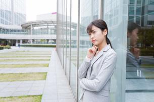 オフィス街で考えるビジネスウーマンの写真素材 [FYI04713690]