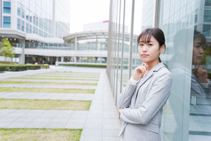 オフィス街で考えるビジネスウーマンの写真素材 [FYI04713694]