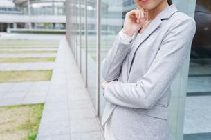 オフィス街で考えるビジネスウーマンの写真素材 [FYI04713696]