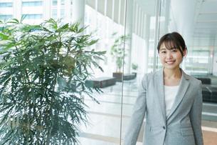 オフィス内を歩く若いビジネスウーマンの写真素材 [FYI04713717]
