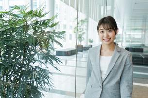 オフィス内を歩く若いビジネスウーマンの写真素材 [FYI04713723]