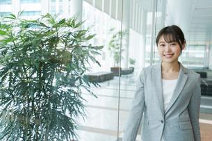 オフィス内を歩く若いビジネスウーマンの写真素材 [FYI04713731]