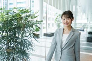 オフィス内を歩く若いビジネスウーマンの写真素材 [FYI04713732]