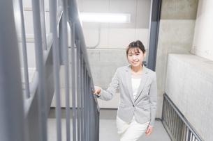 オフィス内を歩く若いビジネスウーマンの写真素材 [FYI04713755]