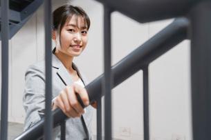 オフィス内を歩く若いビジネスウーマンの写真素材 [FYI04713762]