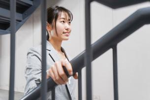オフィス内を歩く若いビジネスウーマンの写真素材 [FYI04713763]
