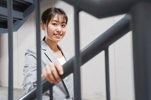 オフィス内を歩く若いビジネスウーマンの写真素材 [FYI04713764]
