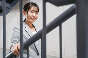 オフィス内を歩く若いビジネスウーマンの写真素材 [FYI04713767]