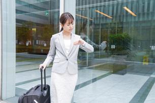 出張をする若いビジネスウーマンの写真素材 [FYI04713784]