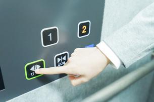 エレベーターを使う若いビジネスウーマンの写真素材 [FYI04713831]