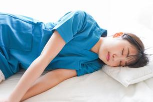 仮眠を取る若い看護師の写真素材 [FYI04713863]