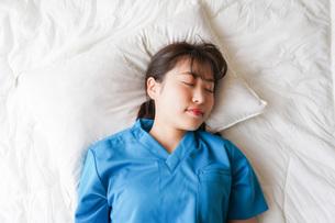 仮眠を取る若い看護師の写真素材 [FYI04713864]