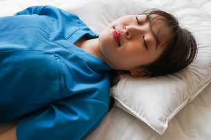 仮眠を取る若い看護師の写真素材 [FYI04713866]