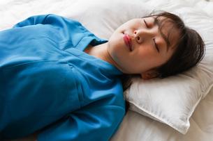 仮眠を取る若い看護師の写真素材 [FYI04713867]