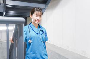 階段を使う若い看護師の写真素材 [FYI04713868]