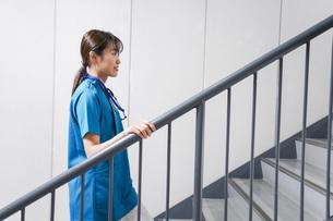 階段を使う若い看護師の写真素材 [FYI04713870]