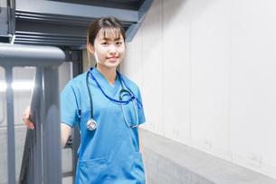 階段を使う若い看護師の写真素材 [FYI04713873]