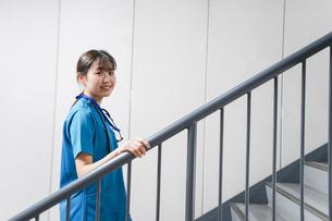 階段を使う若い看護師の写真素材 [FYI04713875]