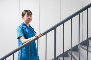 階段を使う若い看護師の写真素材 [FYI04713876]