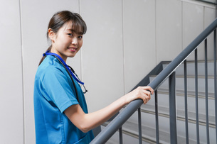 階段を使う若い看護師の写真素材 [FYI04713877]