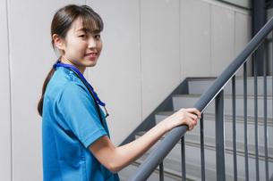 階段を使う若い看護師の写真素材 [FYI04713881]
