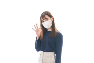 マスクを装着してOKサインをする若い女性の写真素材 [FYI04713883]