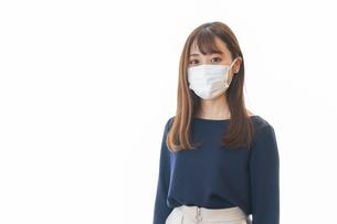 マスクをした若い女性の写真素材 [FYI04713885]