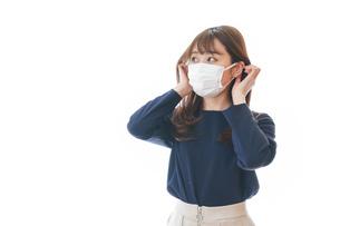 マスクをした若い女性の写真素材 [FYI04713888]