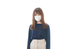 マスクをした若い女性の写真素材 [FYI04713893]