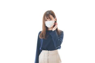 マスクをした若い女性の写真素材 [FYI04713898]