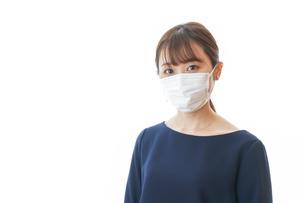 マスクをした若い女性の写真素材 [FYI04713900]