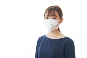 マスクをした若い女性の写真素材 [FYI04713902]