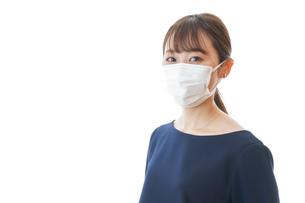 マスクをした若い女性の写真素材 [FYI04713903]
