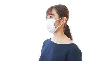 マスクをした若い女性の写真素材 [FYI04713904]